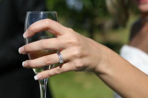 Hand mit Champagnerglas
