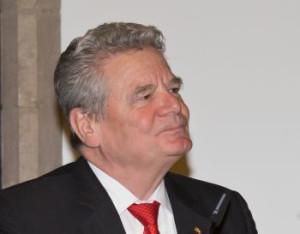 Bundespräsident Gauck bei Besuch im Kölner Rathaus mit roter Kravatte und hoch gestrecktem Kinn
