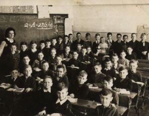 Schulklasse vor 100 Jahren - Schwarzweißfoto