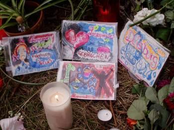 Mit Hilfe selbst gemalter Bilder, die an der Unglücksstelle niedergelegt werden, verarbeiten manche ihre Gefühle, Foto: Ulli Schauen