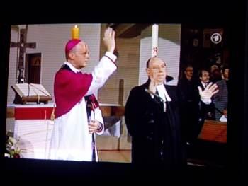 Salvator-Kirche, 31. Juli, der Bischof Franz-Josef Overbeck und der rheinische Präses Nikolaus Schneider spenden den Abschlusssegen bei der Trauerfeier (Stillfoto aus ARD-Übertragung)