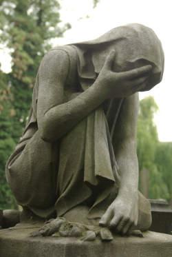 Statue einer Trauernden