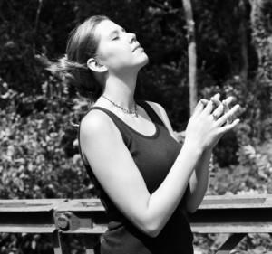 junge Frau in ehrfürchtiger Gebetshaltung